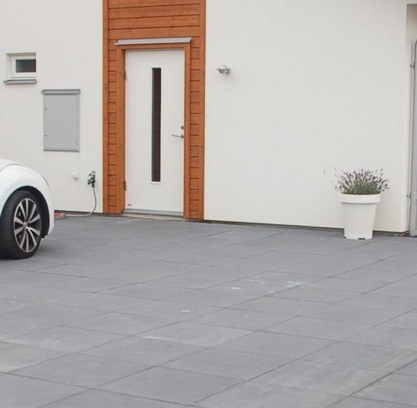 Plattor i storformat på garageinfart