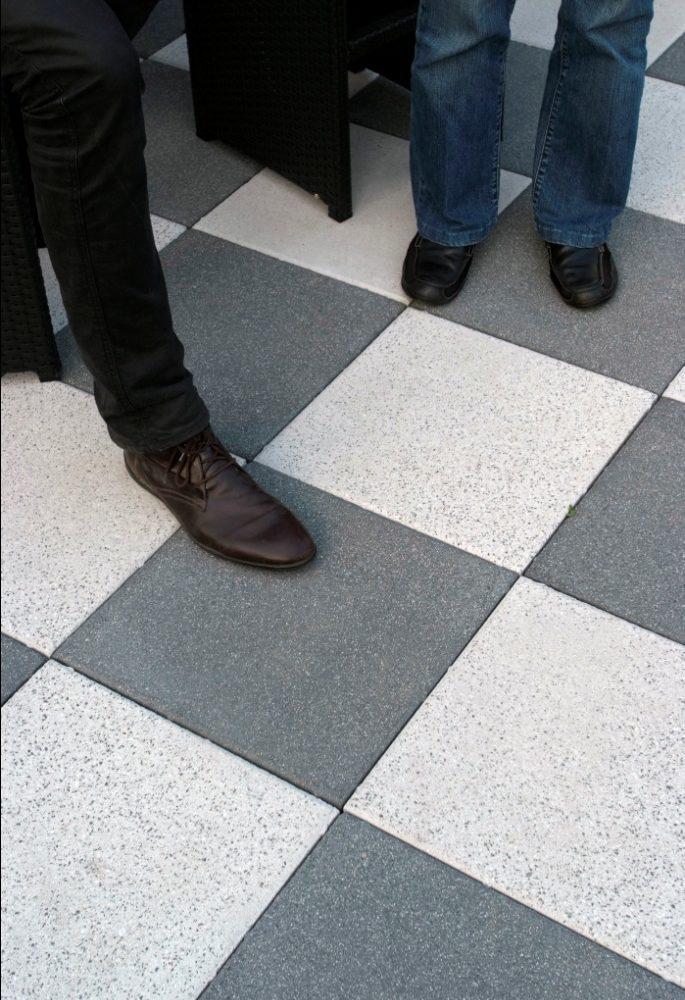 Vision är betongplattor med blästrad yta